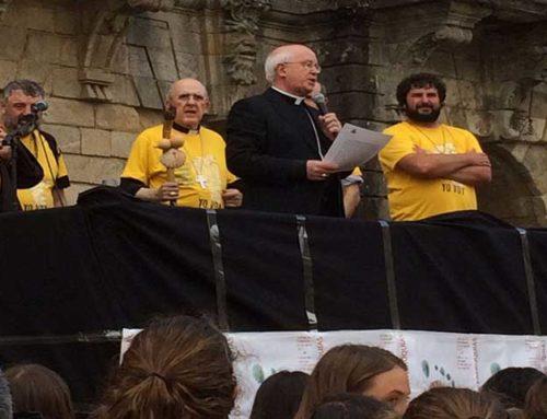 Saludo de monseñor Barrio en la acogida en la Plaza del Obradoiro a los peregrinos de Acción Católica General