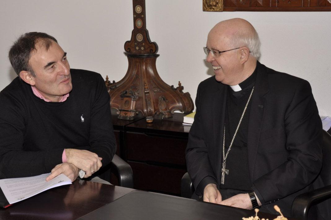 Monseñor Barrio firma un convenio marco con el ayuntamiento de Teo